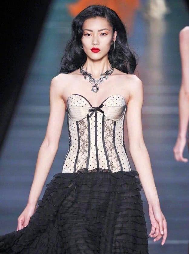 超模刘雯真是够瘦,这服装连95斤的人穿不进去,她穿得很怕会掉