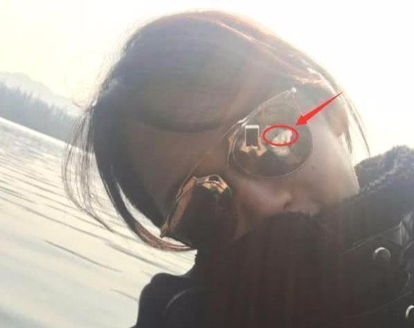 杨紫晒旅游照, 却不料眼镜反光太明显, 网友祝福你们