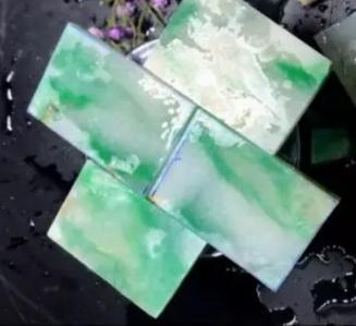 """大万切的木那翡翠原石,雕刻出一套价格不菲的""""梅兰竹菊""""。"""