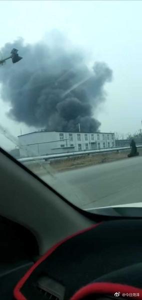 巨野一化工厂浓烟滚滚,疑似失火