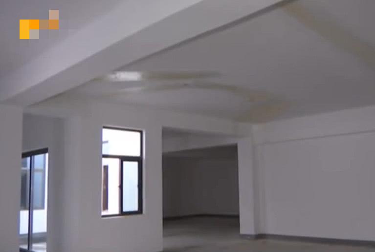 业主新买的房子就有裂缝,维修用纸浆贴上,开发商:常见现象!