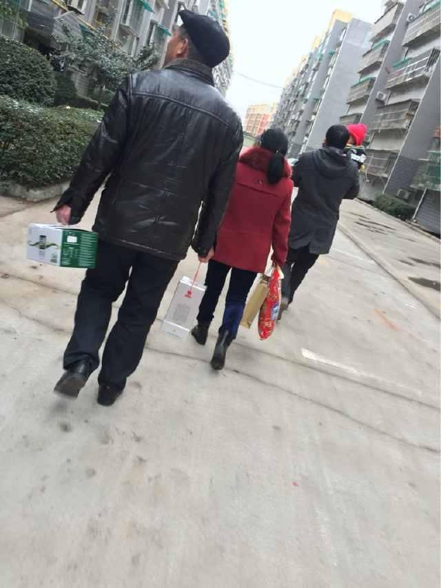 农村过年走亲戚,有些人放下礼品不吃饭就走了,这是什么原因?