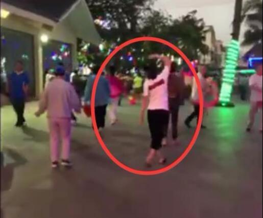 刘涛度假被偶遇,打扮休闲跳广场舞,这真的是涛姐?太接地气了吧