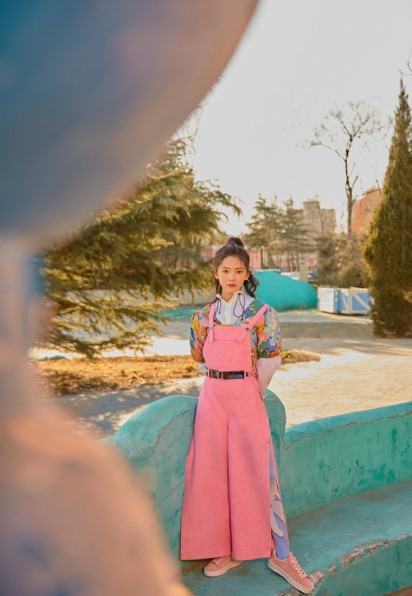 章若楠衣品另类,拍片内衣外穿戴洗碗手套,还是粉色吊带装更迷人
