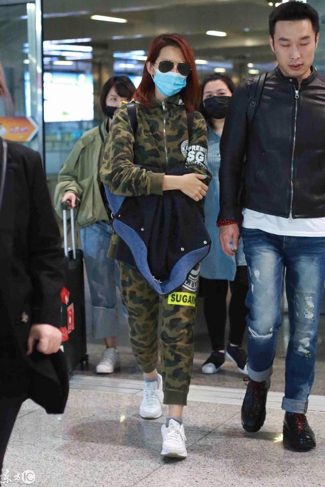 """蔡少芬身穿""""童装""""出现在机场,童心未泯,太有活力了"""
