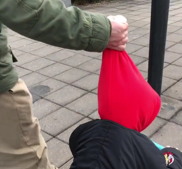 """""""佛系奶爸""""牵娃遛滑板车,萌娃:是谁揪住了我命运帽子?!"""