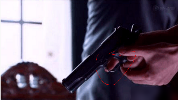 明星尴尬影视穿帮:枪拿出来半天往往不会开枪,因为没有扳机!