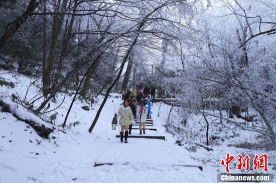 张家界天门山景区降雪 三条玻璃栈道临时关闭