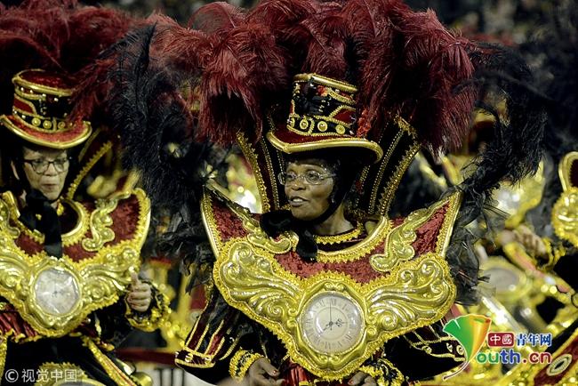 巴西狂欢节持续进行 参与者身着精美服饰亮相