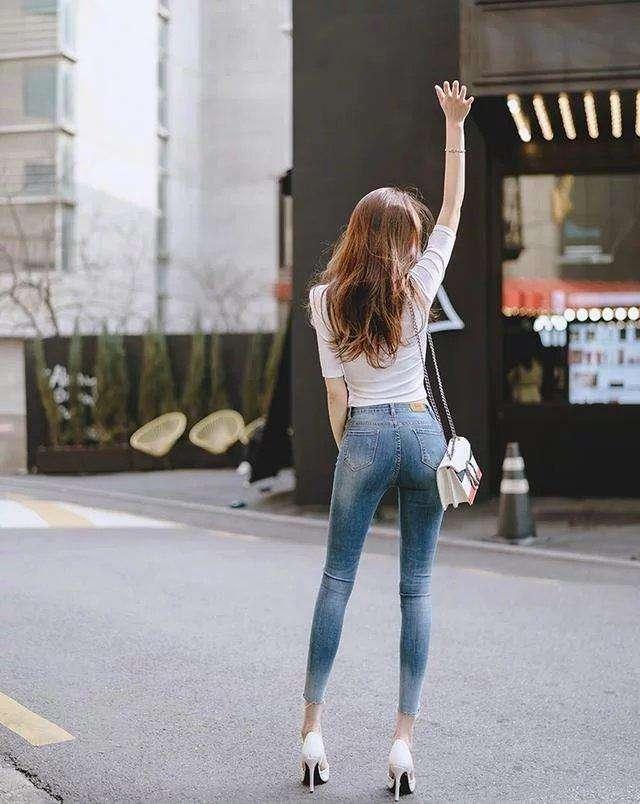 街拍:牛仔裤最简单的服饰最能体现出个人魅力,美女最爱..