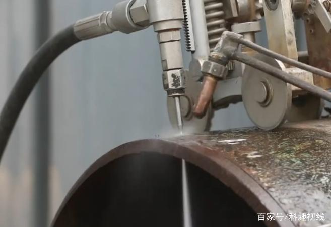 中国牛人发明水切割机,任何固体都能切开,切炮弹也是用它切
