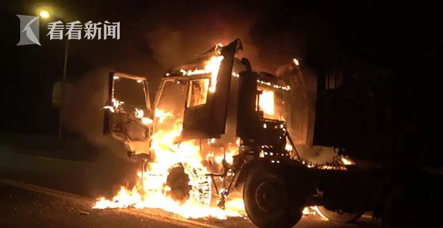 金山:今日凌晨大货车突发火灾 消防救援保住20余万汽车配件
