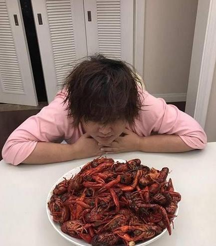 带你参观贾玲住的豪宅,连灯具都是古罗马风的,她最爱吃小龙虾