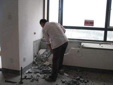 """卧室太小,老公想砸掉""""飘窗""""做柜子!老师傅:加钱也不干这活儿"""