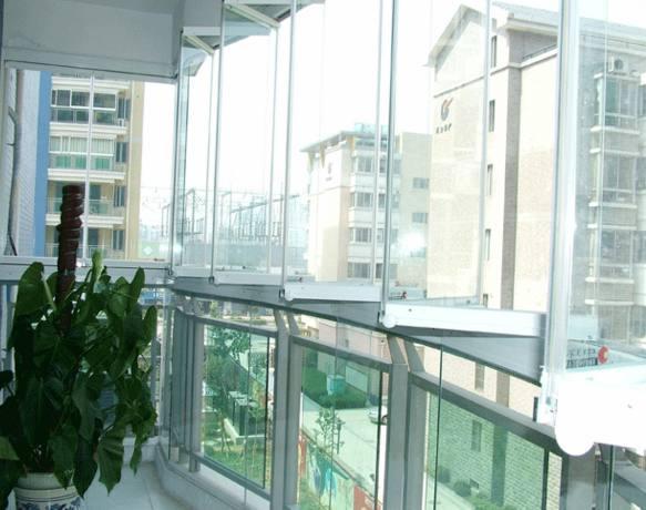 """有钱人封阳台不用塑钢了!这样设计才实用,比""""海景房""""还好看"""