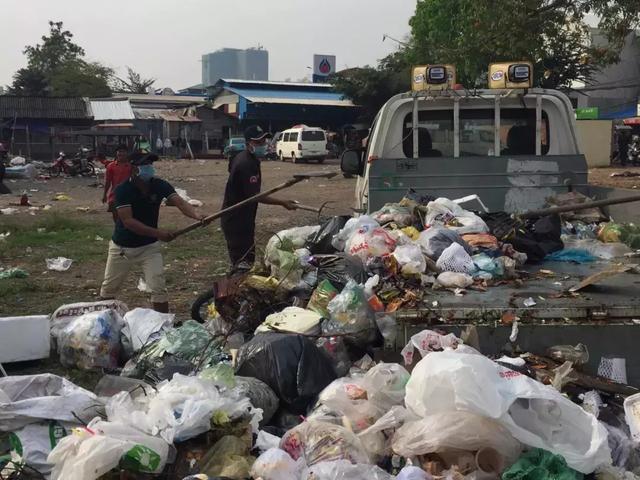 柬埔寨清洁工人大罢工!各区官员被迫大扫除