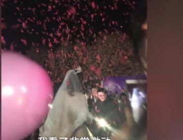 大四女生披婚纱求婚,男友熊抱洒泪,同学表示很羡慕!