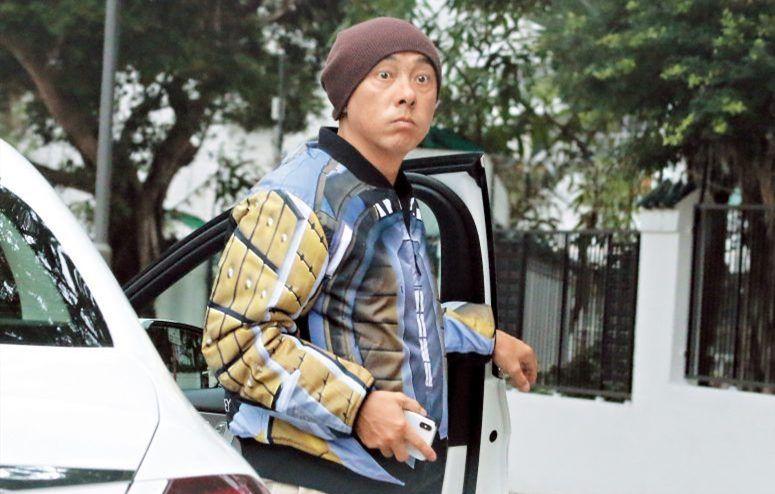 张卫健在香港路边被发现,手拿奶茶、三明治边吃边回应记者!