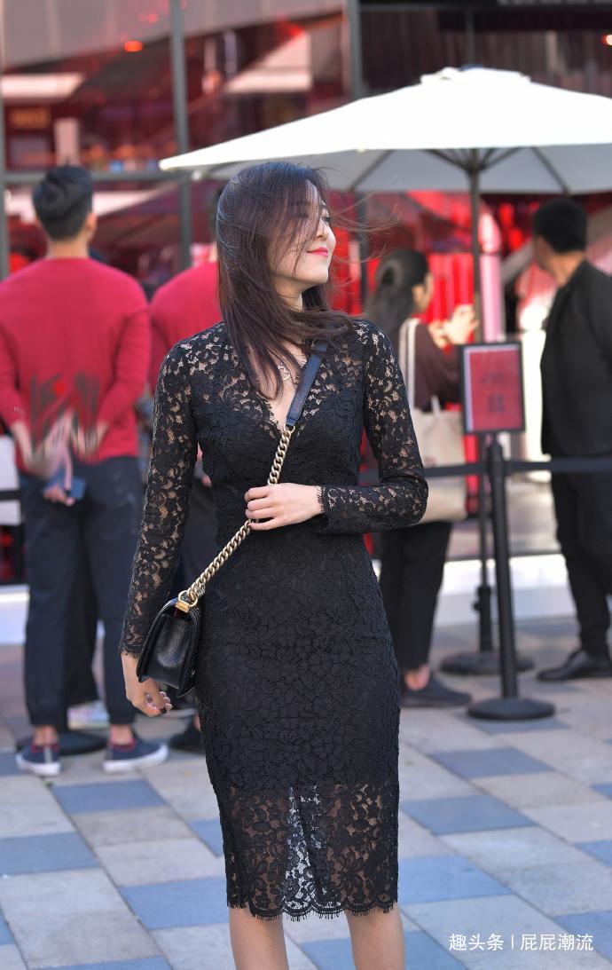 其实黑色连衣裙也是很不错的服饰