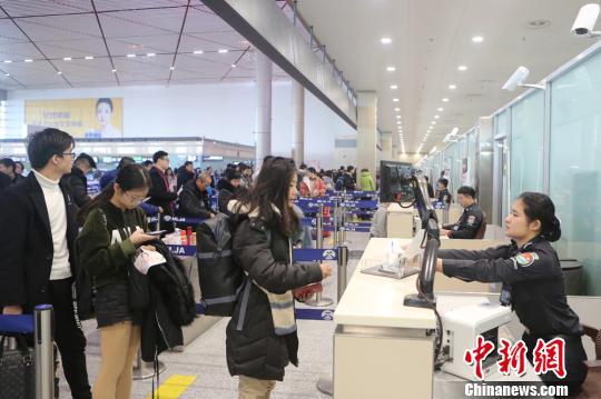 哈尔滨机场春运以来查获违禁物品2.4万件 打火机和刀具最多