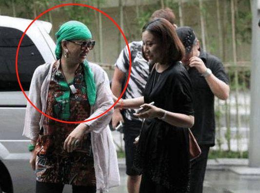 57岁刘欢老婆近照曝光,两人相识9天就结婚,头巾引网友好奇
