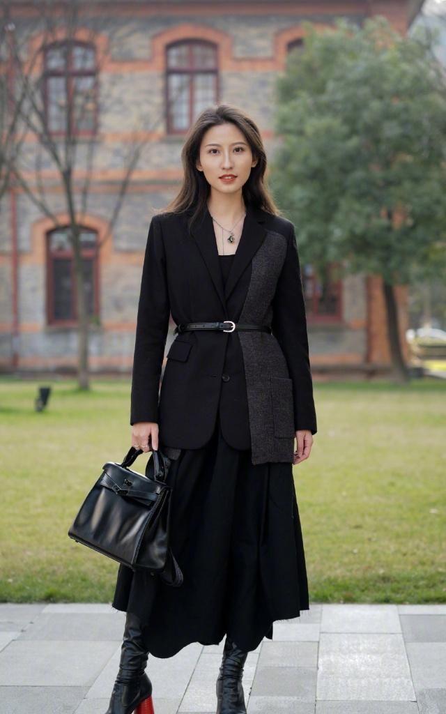 时髦的女生用西装搭配服饰,随性搭配彰显女生帅气的一面