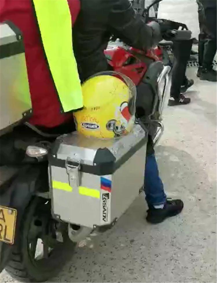 主人骑摩托车带狗旅游,给狗设计铝合金座椅,网友:安全系数高…