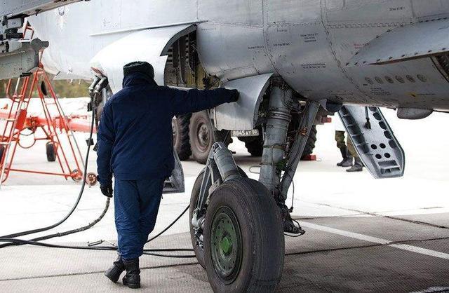 战机维修人员接错阀门,起飞不到10分钟就坠毁,飞行员被活活憋死