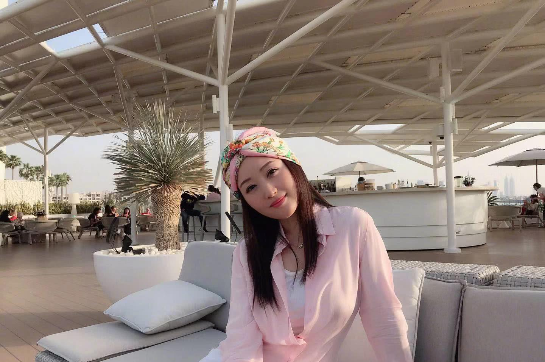 47岁杨钰莹游迪拜又出新造型,粉色衬衫搭配印花头巾似少女