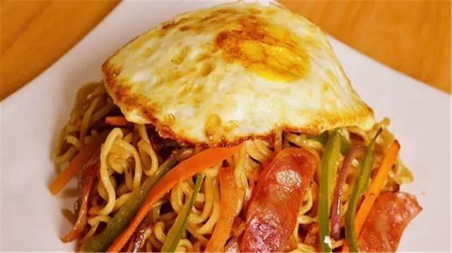 方便面新吃法:鸡蛋炒方便面,简单易学很好吃,换换口味吧