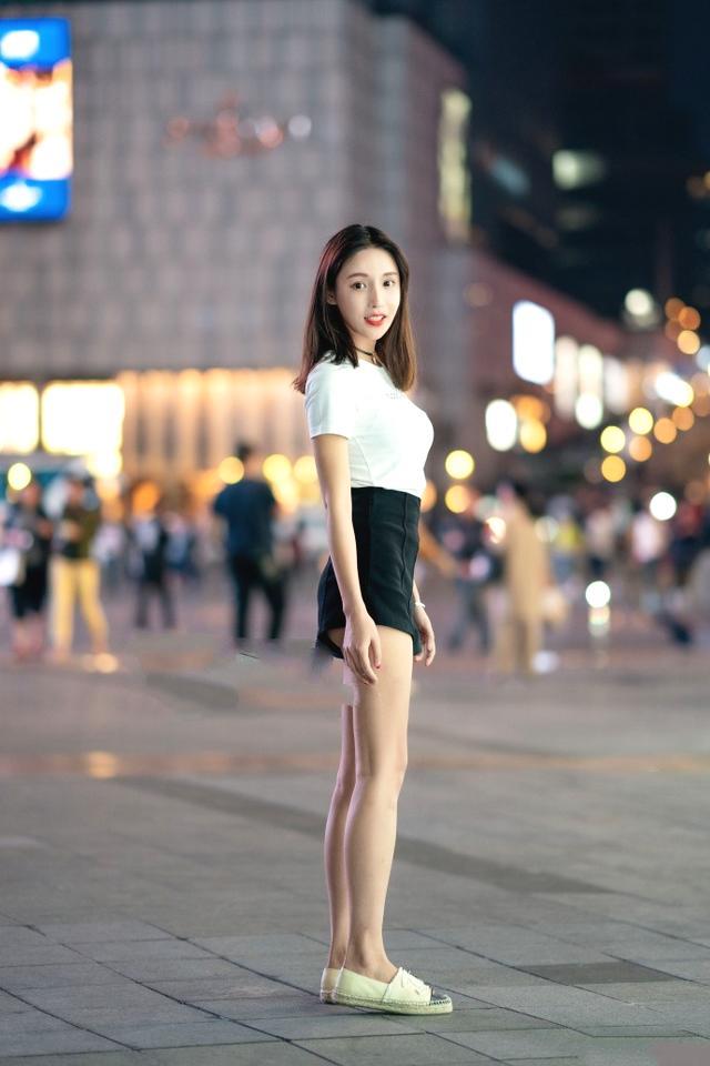 街拍:破洞牛仔裤在于露出肌肤,任何时尚都有个度