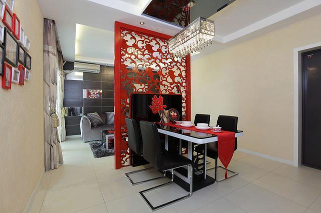 婆婆给我们装修的婚房, 电视墙是大红色, 台灯太奇怪了吧!