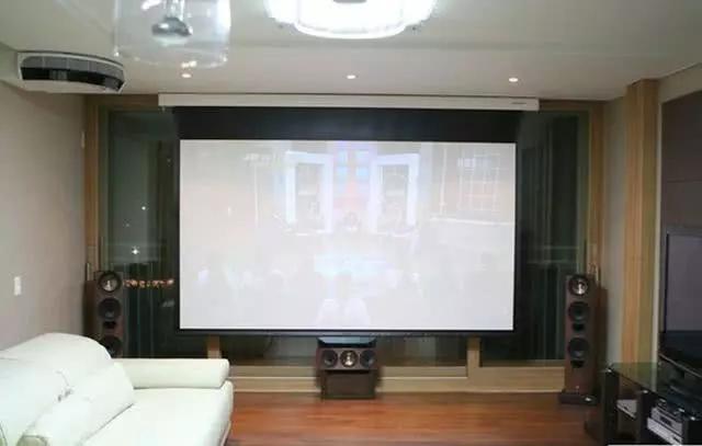 家里别傻傻装电视机啦,如今都用玻纤幕布,躺床上也能看3D电影