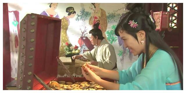 手持几块铜板的古装女子,杜千娇懂得生活不易,杨玉瑶见钱眼开
