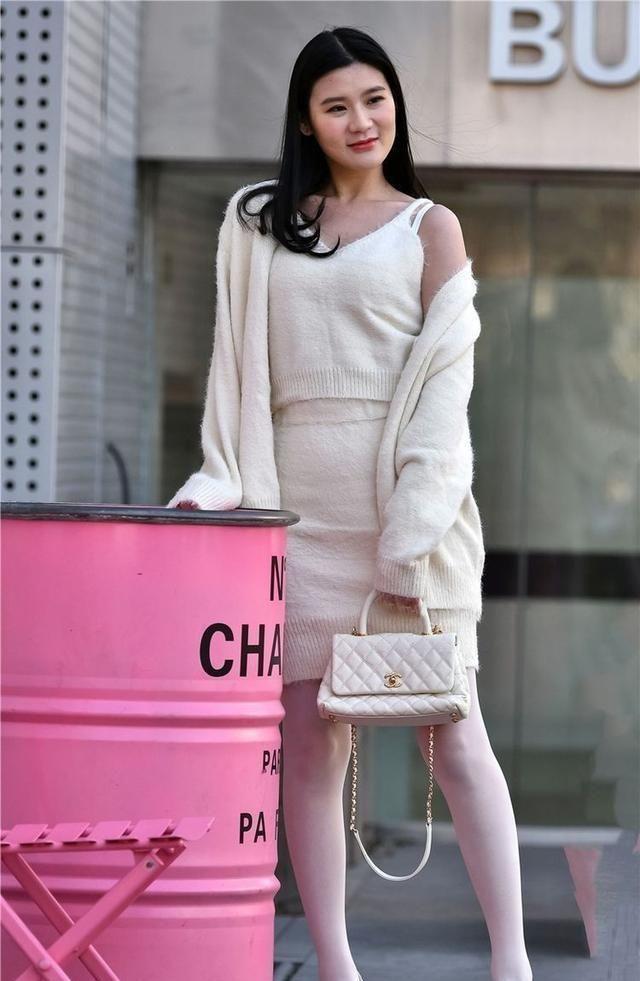 街拍:校花出门穿一件长裙,衣服前面的一排纽扣很可爱