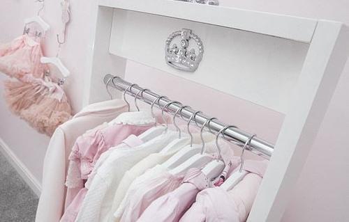英母亲省吃俭用每月为女儿购买奢侈品童装