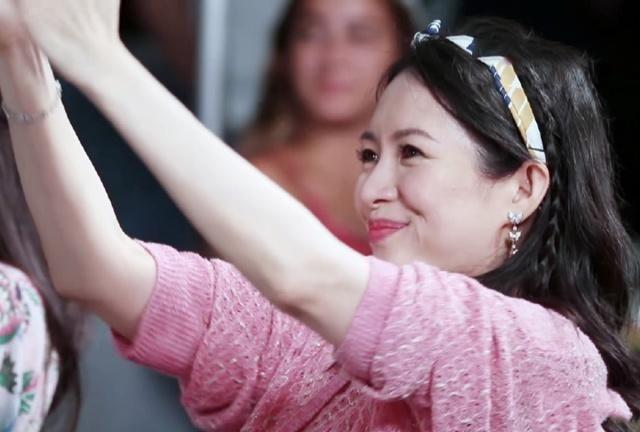 章子怡都40岁了,穿粉色卫衣包头巾,直接美回18岁!