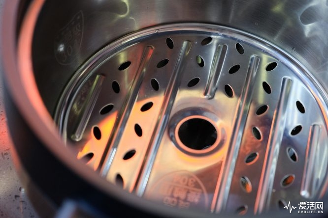 AWE2019 | 九阳小家电特技点满:蒸汽煲做鸡 破壁免手洗