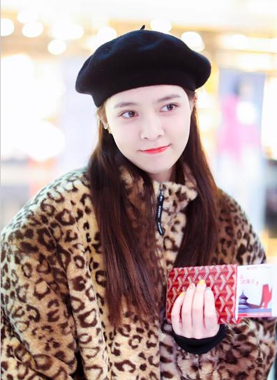 宋妍霏打扮时尚休闲对着镜头嘟嘴捂脸卖萌 少女感十足十分养眼