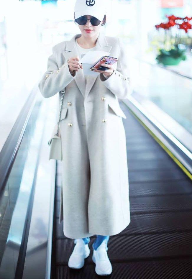 秦岚的大衣美得另类,袖子上的纽扣可真多,穿脱都要费不少时间