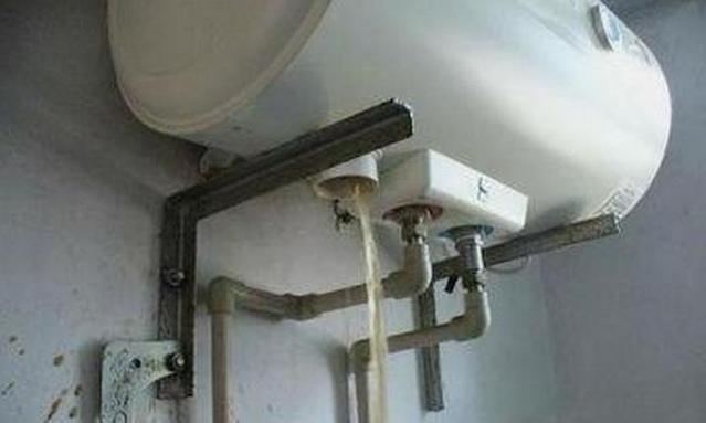 热水器只用不洗,倒出半盆污垢!教你1招,快速清洗还不花钱!