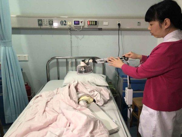 脚趾被袜子线头缠绕坏死,4个月大的女婴或遭截趾