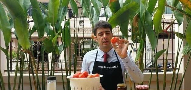 """俄罗斯大叔制作""""创意美食"""",将西红柿和油密封,1年后飘香四溢"""