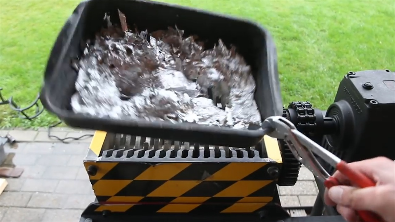 强强对决!粉碎机碰到1000℃铜水会有怎样结局?结果出乎意料!