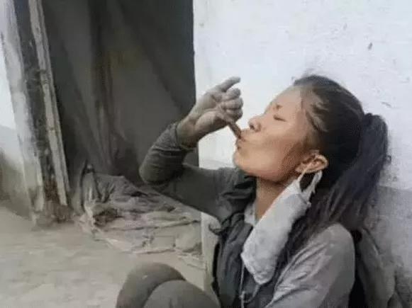 """网红""""水泥西施""""被炮轰做假:一个女生扛四袋水泥四百斤"""