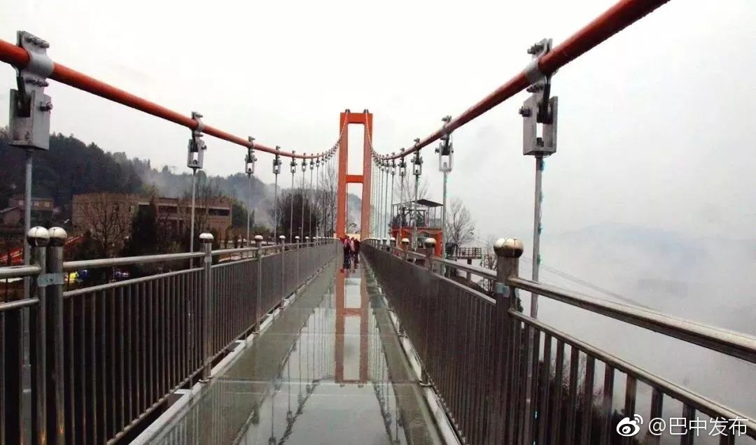 川东北首个全透明高空玻璃桥今天正式开园迎客