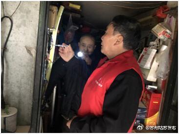 赶在下雪前,志愿者帮助空巢老人检修电路
