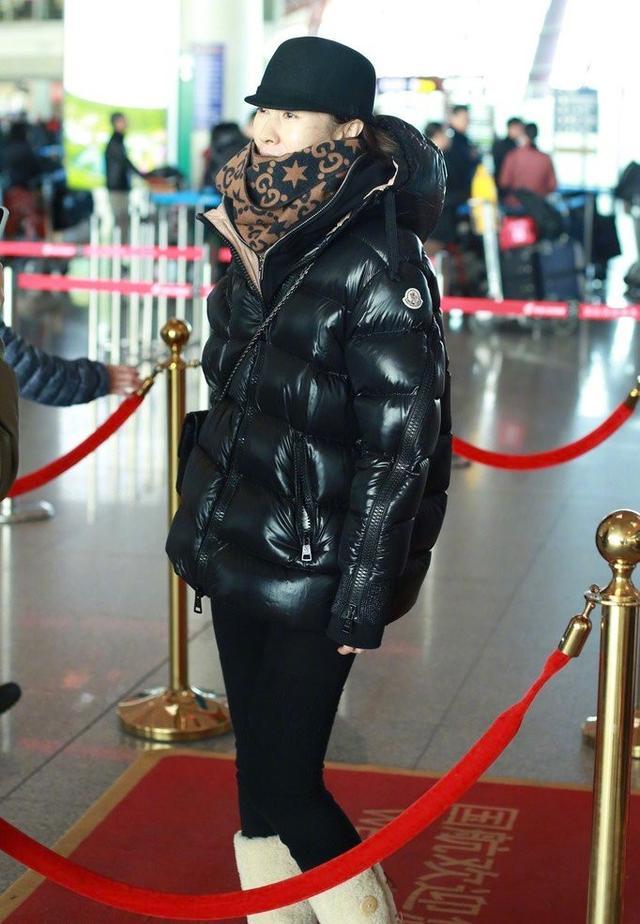 刘敏涛才是最接地气的,羽绒服配雪地靴,臃肿穿搭也难掩女神气质