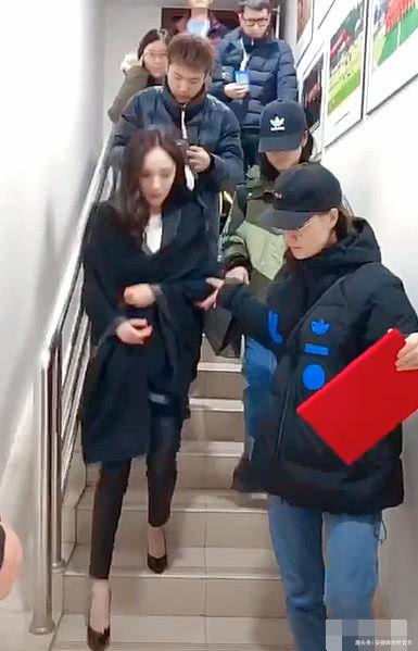 杨幂下楼梯太慢堵了路,注意她手的位置,网友:形象呢?
