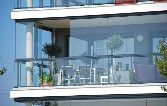 越来越多人不用塑钢封阳台了,如今都流行这样装,太聪明了